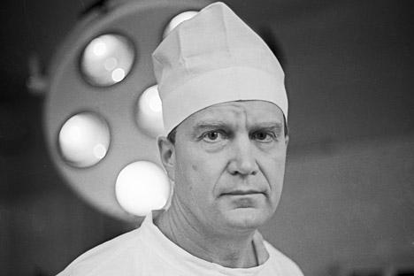 Професорот Виктор Калнберз од Латвискиот научно-истражувачки институт за трауматологија и ортопедија, човекот кој ја извршил првата успешна операција за промена на полот во светот. Фотографија: РИА Новости (1978).