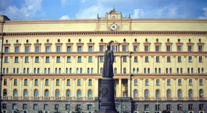 Споменикот на Лубјанка наспроти неговото демонтирање на 22 август 1991 година. Извор: Владимир Федоренко / РИА Новости
