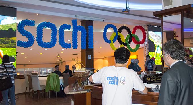Салата беше украсена со олимписките кругови, а келнерите носеа маици со олимпиското лого. Фотографија: Петар И. Димитров