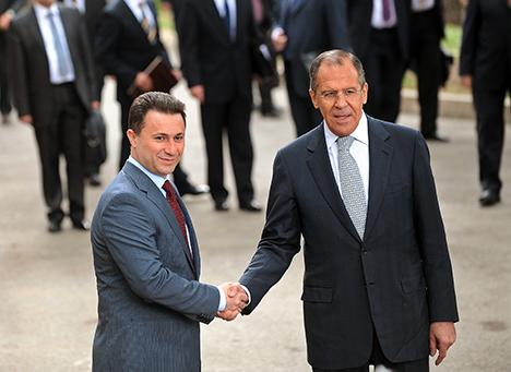 Македонскиот премиер Никола Груевски го пречекува министерот за надворешни работи на Русија Сергеј Лавров, пред почетокот на нивната средба во Охрид на 20 Април 2011 година. Министерот Лавров, во рамките на неговата официјална балканска турнеја, беше во еднодневна посета на Македонија, на којашто се состана со државниот врв. Извор: Рoберт Атанасовски / AFP PHOTO