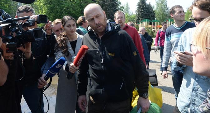 Ослободениот член на делегацијата на воените набљудувачи на ОБСЕ Аксел Шнајдер одговара на новинарски прашања во Славјанск. Извор: РИА Новости.