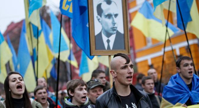Украински националисти со десничарски симболи и со портрет на Степан Бандера (1909–1959),кој од 1940 година раководел со фракцијата на Организацијата на украинските националисти (ОУН-Б), чии припадници се бореле против Полјаците и против Црвената армија, соработувајќи со нацистите. Избор: Ројтерс.
