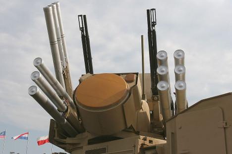 """Панцир-С1 (во средината се гледа радар за следење цели): два двоцевни противавионски автоматски топа и 12 ракети """"земја-воздух"""", подготвени за употреба. Фотографија од слободни извори."""