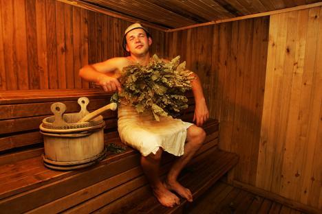 Удирањето со брезови гранчиња е едена од особеностите на руските парни бањи. Извор: ИТАР:ТАСС