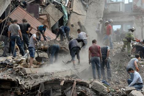 Расчистување на урнатини на станбен комплекс во градот Снежное (околината на Донецк) по ракетирањето од страна на украинската армија. Извор: РИА Новости.