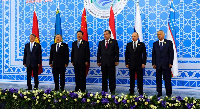 Шефовите на државите-членки на ШОС ги потпишаа документите кои овозможуваат веќе на следниот самит прием на нови членки. Извор: AP