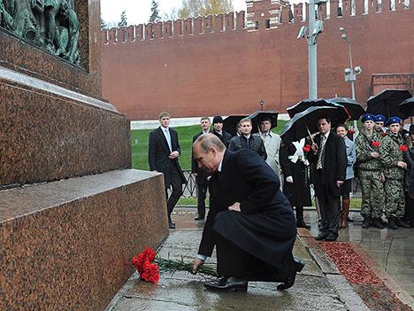 Претседателот на РФ Владимир Путин полага цвеќе пред споменикот на Кузма Минин и Дмитриј Пожарски на Црвениот плоштад во Москва. Извор: ТАСС
