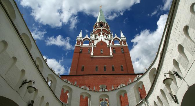 На служба во московскиот Кремљ има неколку перјани соработници: соколи, јастреби и еден огромен був. Извор: Артев Коротаев / ТАСС
