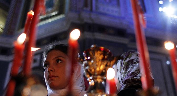 Верници на Велигден во храмот на Христос Спасителот во Москва. Извор: Максим Шеметов / Ројтерс
