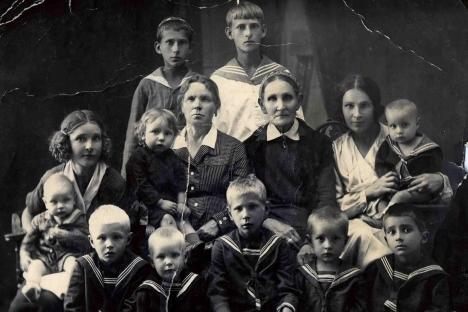 Степан Соснин кај баба си на раце (во средина) со своите втори братучеди и со тетките (на двата краја), во средина е и неговата прабаба. Уљјановск, 1940 година. Фотографија од лична архива.