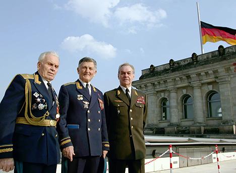 Ветераните на Втората светска војна пилотот генерал-мајор Константин Подбуртни, херојот на Советскиот Сојуз генерал-мајор Сергеј Крамаренко и генерал-потполковник Пјотр Терехов (од лево кон десно) на покривот од Рајхстагот. Извор: Виталиј Белоусов / ТАСС.