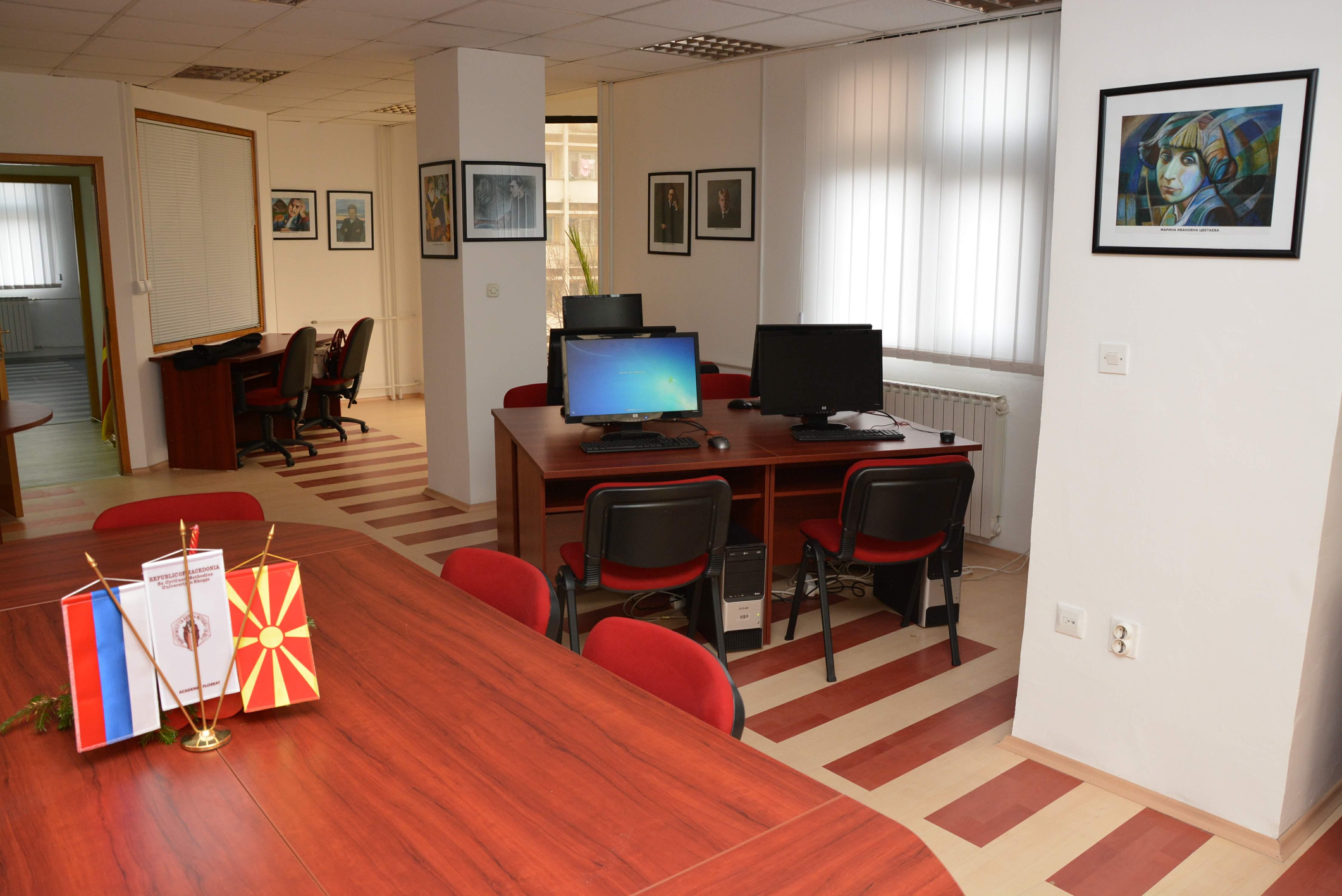 На посетителите на располагање им стои и најсовремена технологија, компјутери и неограничен пристап до Интернет-мрежата. Исто така се планира во рамките на Центарот на редовна основа да се организираат предавања, работилници, проекции, изложби...