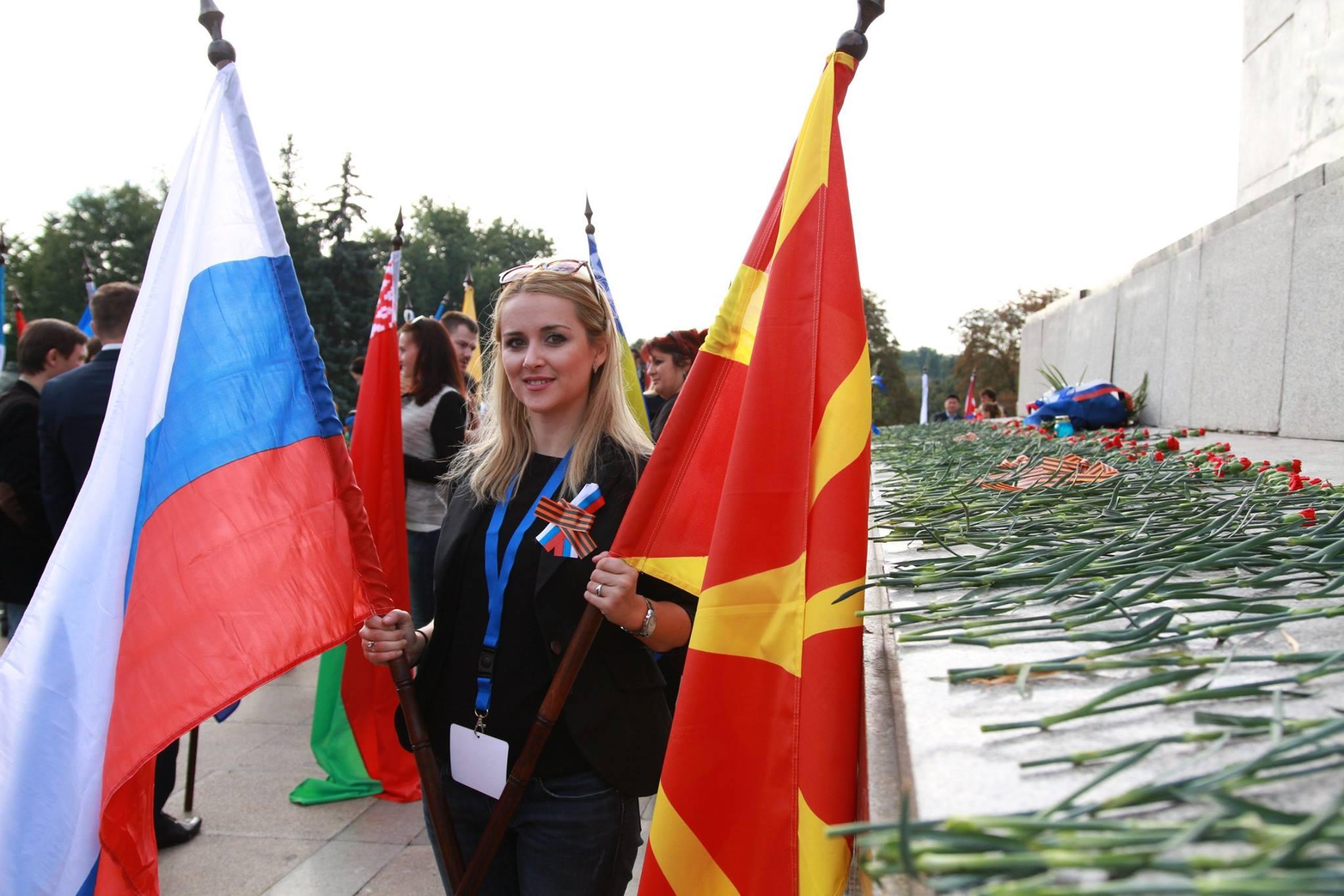 Софија, Бугарија. Светски младински форум на Руски сонародници. Положување на свежо цвеќе на споменикот на Советската армија. Септември, 2016 г.