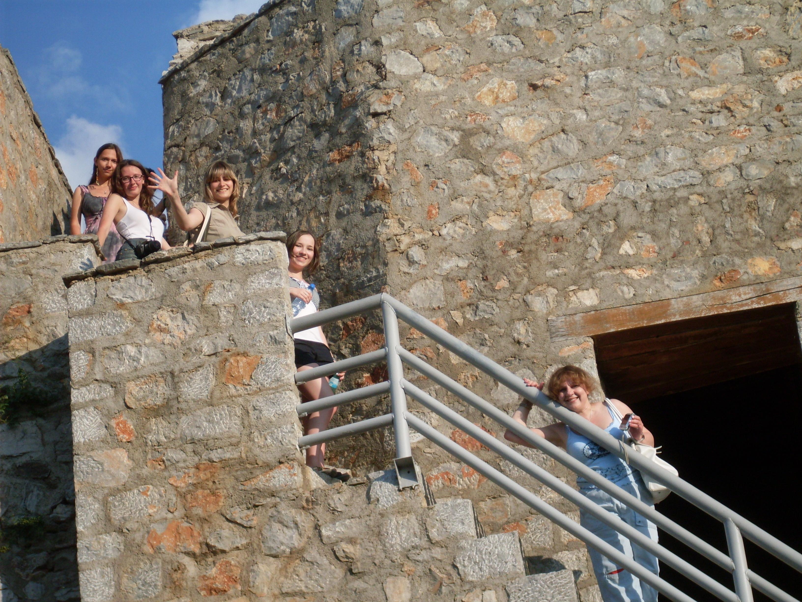 Професорката Елена Верижникова со последната група дипломци на Самоиловите кули во Охрид.