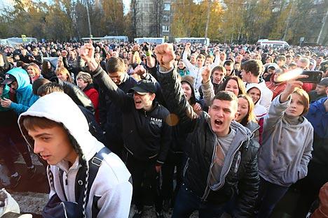 Pada tanggal 12 Oktober, di dekat kantor polisi distrik, massa membentuk demonstrasi spontan menuntut penangkapan pembunuh dan penutupan gudang sayur Pokrovskaya. Sumber: AP