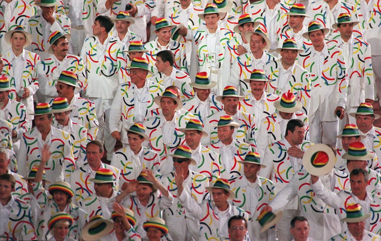 1996 АТЛАНТА От 1996 г. нататък руските спортисти се обличат от руски стилисти. Известният моден дизайнер Валентин Юдашкин е натоварен със задачата да създаде екипа за Игрите в Атланта. Въпреки скромния бюджет, той облича спортистите достойно. Екипът за Игрите през 1996 г. е своего рода точка на обрат. Това е първата поява на Русия на Олимпиада като независима държава след разпадането на СССР. Концепцията на силуетите и цветовете са променени, но основният син цвят се запазва до 2000 година.