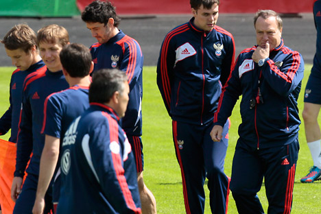 Тренер руске фудбалске репрезентацијe Дик Адвокат са својим фудбалерима. Извор: AP.