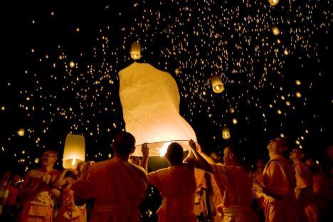 Монаси су пустили балоне са свећама ка небу и обасјали тамну ноћ. Извор: Getty images / Fotobank.