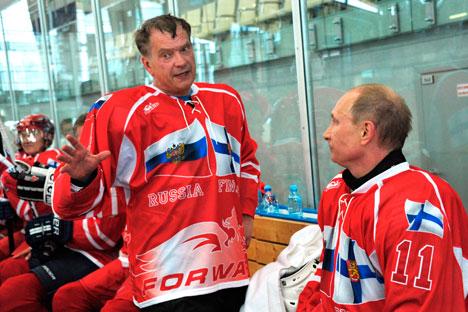 Председници су нашли времена и за хокеј. Председник Нинисте је играо за руски тим и у руском дресу. Извор: АР.