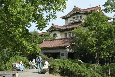 Спектакуларни тихоокеански пејзажи и музеј обласне историје у Јужно-Сахалинску. Ова грађевина је редак пример фузије руске и јапанске архитектуре: изгледа као јапанска палата, али има камену структуру какву немају зграде у Јапану. Извор: Geophoto.