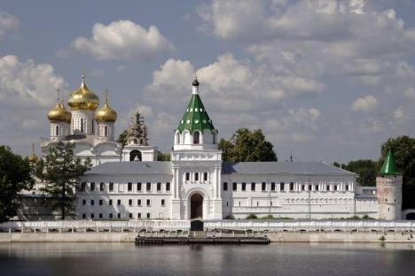 Поглед на Ипатјевски манастир са реке Костроме. Извор: Lori / Legion Media.