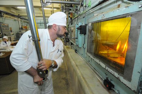 Delavec v Majaku pri delu z visoko radioaktivnim materialom. Vir: RIA Novosti