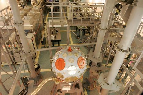Montiranje laserske naprave »Luč« v Jedrskem centru. Vir: RIA Novosti