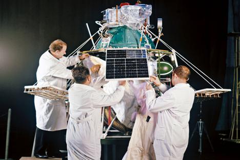 Strokovnjaki preverjajo satelit Interkosmos-1 pred izstrelitvijo. Vir: RIA Novosti