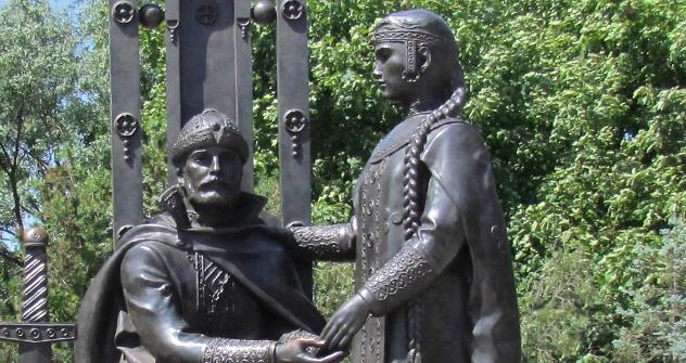 Споменик на Петар и Февронија во Ејск, Краснодарски крај. Фотографија од слободни извори.