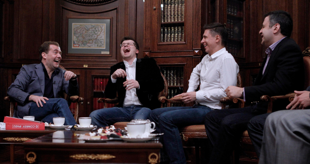 Дмитриј Медведев со учесниците на емисијата Comedy Club. Извор: ИТАР-ТАСС.