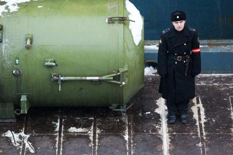 Vojak Severne flote na straži zraven raketnega kontejnerja. Vir: RIA Novosti