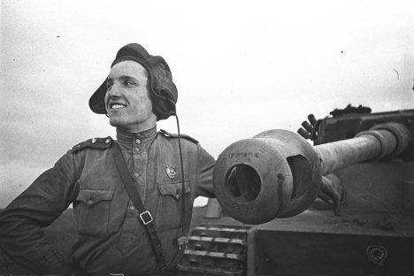 """Постар поручник Иван Шевцов, иден херој на Совјетскиот Сојуз, до германскиот тенк """"Тигар"""" којшто тој лично го онеспособи. Курската битка, 1943. Фотографија из слободних извора."""