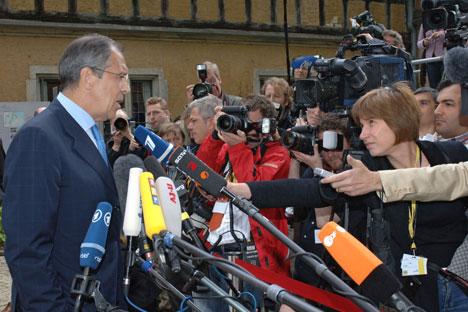 """Министар спољних послова Сергеј Лавров представља новинарима позицију Русије о кризи у Сирији. Извор: РИА """"Новости''."""