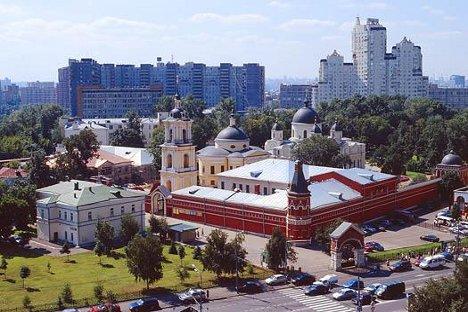 Покровски манастир у центру Москве, једна од највећих светиња у Русији. У овај манастир свакодневно долази хиљаду ходочасника да се поклони моштима блажене Матроне Московске. Извор: pokrov-monastir.ru.