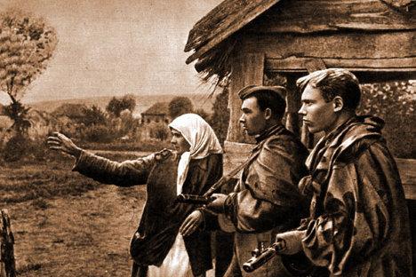 Kolhoznica N. Poljakova kaže sovjetskim obveščevalcem sovražnikove položaje (1943). Fotografije iz prostega izbora.