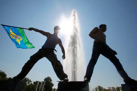 Бивши падобранци у фонтани траже спас од августовског сунца током прославе Дана десантних падобранских јединица у Москви. Извор: Максим Шеметов / Reuters.