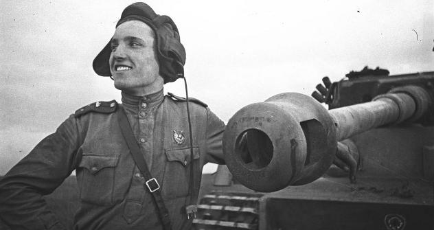 """Старији поручник Иван Шевцов, будући херој Совјетског Савеза, поред немачког тенка """"Тигар"""" кога је он лично онеспособио. Курска битка, 1943. Фотографија из слободних извора."""