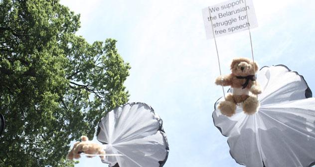 """Европски медведићи који """"подржавају борбу народа Белорусије за слободу говора"""". Извор: ИТАР-ТАСС."""