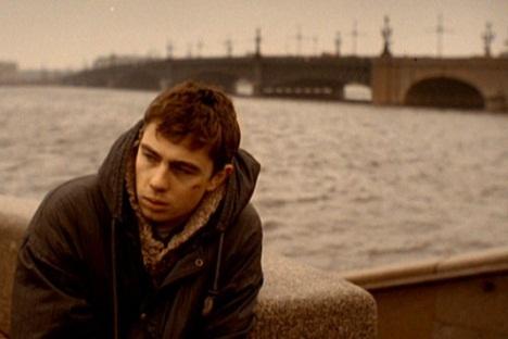 """20. септембра навршило се тачно десет година од смрти Сергеја Бодрова млађег, глумца, редитеља и идола постсовјетске генерације. После култне улоге Данила Багрова у филмовима """"Брат-1"""" (1997) и """"Брат-2"""" (2000) редитеља Алексеја Балабанова, Сергеј је добио надимак """"Брат"""" – тако су га звали пријатељи, колеге и милиони руских гледалаца."""