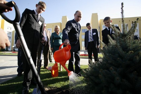 Председник Русије Владимир Путин залива јелку коју је посадио заједно са штићеницима кадетског корпуса. Извор: Генадиj Аносов / Росијска газета.