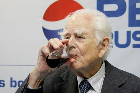 Човек који је 1959. први послужио Хрушчова пепси-колом: Доналд Кендал на Америчкој националној изложби у Москви. Извор: ИТАР-ТАСС.