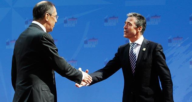 Министар иностраних послова Руске Федерације Сергеј Лавров и генерални секретар НАТО-а Андерс Фог Расмусен. Извор: AP.