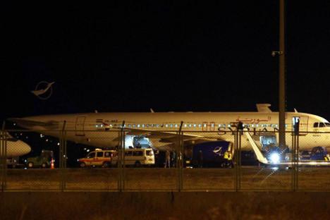 Турске власти су без икаквог образложења забраниле дипломатама да се сретну са нашим грађанима, и тиме нарушиле билатералну Конзуларну конвенцију, док нашим грађанима пуних 8 часова нису дозвољавали да уђу у зграду аеродрома. Фотографија: Cem Oksuzi / Anadolu Agency / EPA / Росијска газета.