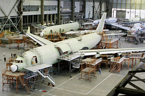 Материјали од угљеничних влакана би могли да знатно смање тежину путничког авиона, а самим тим и потрошњу горива и цену карте. Извор: ИТАР-ТАСС.