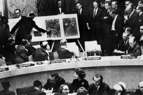 Čas, ko so se Združene države Amerike obrnile na VS OZN. Na sliki: Nujno izredno zasedanje VS OZN. Predstavnik ZDA je poskušal prisiliti sovjetskega predstavnika Valerijana Zorina, da bi odgovoril na vprašanje o prisotnosti jedrskih raket na Kubi. Ker ni bilo odgovora, je Stevenson pokazal drugim udeležencem fotografije položajev raket na ozemlju Kube. Vir: AFP / East News.