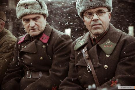 У јеку битке за Стаљинград преплићу се судбине породице физичара Штрума, комесара Кримова и капетана Грекова. Извор: kinopoisk.ru.
