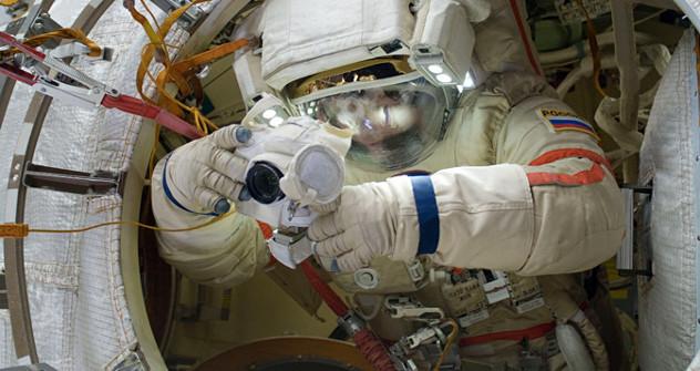 Генадиј Падалка (на слици) и Јуриј Маленченко, руски космонаути са Међународне космичкој станице, излазили су неколико пута у отворени свемир како би истражили понашање разних облика живота у том окружењу. Извор: НАСА / Press Photo.