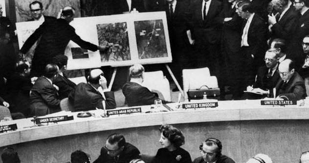 Време када су се САД обраћале Савету безбедности. На слици: Хитно ванредно заседање Савета безбедности УН. Представник САД покушава да натера совјетског представника Валеријана Зорина да да одговор на питање о присуству нуклеарних ракета на Куби. Пошто одговора није било, Стивенсон показује осталим учесницима  фотографије ракетних позиција на кубанској територији. Извор:  AFP/East News.