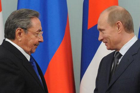 Reunião bilateral entre líderesde Cuba e Rússia, Raúl Castro e Vladímir Pútin, respectivamente