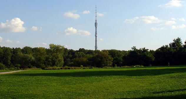 """Поглед на торањ """"Останкино"""" из московске ботаничке баште. Фотографија: Дмитриј Федосејев."""